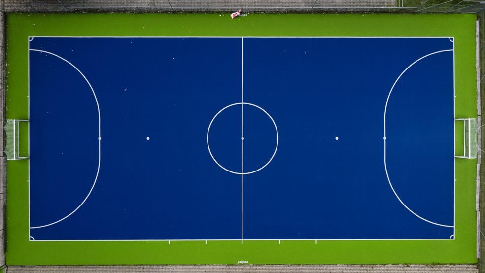 Futsal court and its measurements. In blue, white and green, it is possible to understand the size and spacing between each area of the futsal court.
